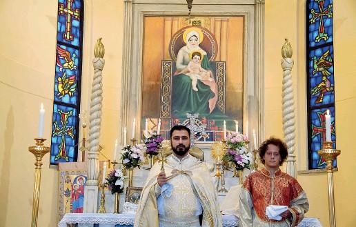 Sull'altare Padre Tirayr Hakobyan, 34 anni, guida la comunità della Chiesa Apostolica Armena intitolata ai Santi Quaranta Martiri di Sebaste. Sulla pala, l'immagine di una Madonna con bambino in abito tradizionale (foto Duilio Piaggesi / Fotogramma)